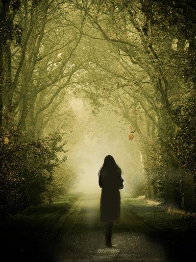 ormanlik-yolda-arkasi-donuk-yürüyen-yalniz-kiz